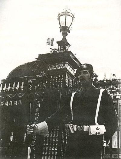 Anoniem, Foto van soldaat op wacht voor Koninklijk Paleis, s.d., op karton.