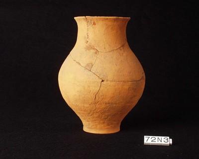 Volledige beker in geverfd (GV) of gladwandig oxiderend aardewerk (GWO)