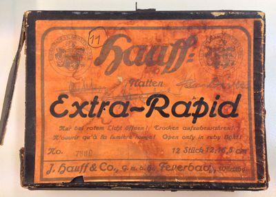 J. Hauff & Co (1891-1955), kartonnen doosje met 11 glasclichés en 1 gewoon cliché, vermoedelijk afkomstig uit nalatenschap van familie Stellingwerff, ca. 1898-1923, karton, papier, glas.