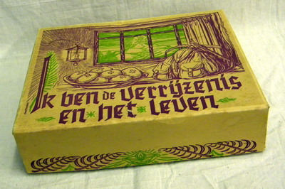 Berechtingsset in doos 'Ik ben de verrijzenis en het leven', ca. 1950.