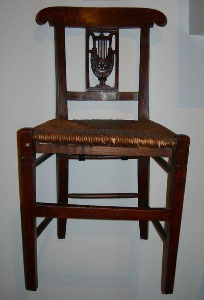 Anoniem, stoel met gesculpteerde harp van de Sint-Ceciliakamer, 19de eeuw, hout.