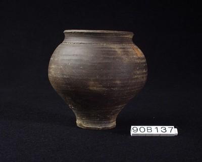 Volledige beker in gladwandig gesmookt aardewerk (GWO)