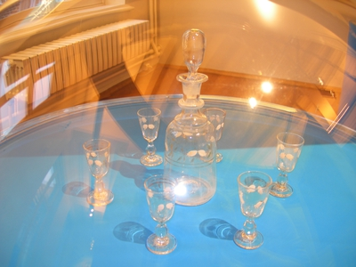 Likeurset bestaande uit karaf met stopper en zes glazen.
