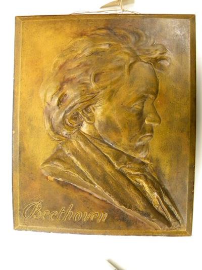 Auguste Puttemans (1866-1927), beeldhouwer, Manufacture de Céramiques Décoratives de Hasselt (1895-1954), fabrikant, buste van Beethoven, s.d., keramiek, bas-reliëf.