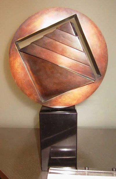 Hilde van Sumere (°1932), sculptuur Cirkel met vierkant in beweging, s.d., brons, marmer.