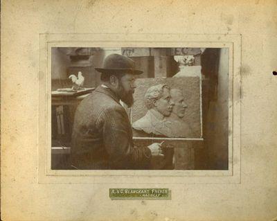A. & C. Blanckart Frères, foto van beeldhouwer Emile Cantillon (1859-1917) aan het werk aan een dubbele buste, s.d., papier op karton.