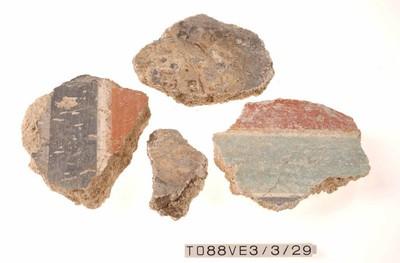 vier fragmenten pleisterwerk