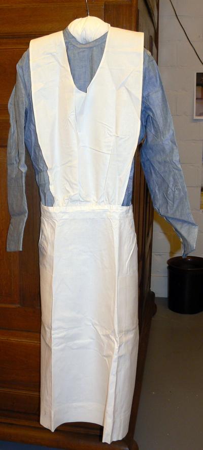 Harrods Department Store UK (sinds 1834), verpleegsteruniform met toebehoren van Mariette Leonard, Tweede Wereldoorlog, katoen.