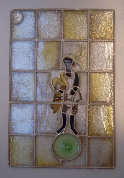 Anoniem, glasraam met afbeelding van een kleermaker, s.d., glas in lood.