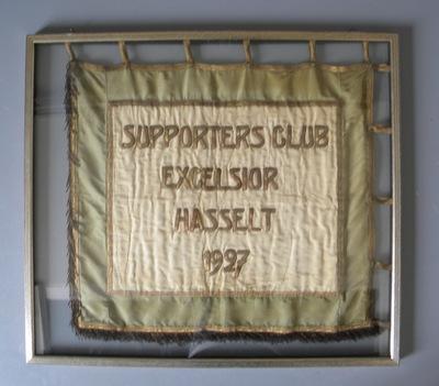 Anoniem, vlag 'Supporters Club Excelsior Hasselt 1927 – Willen is Kunnen', met de hand geborduurd in katoen en zijde.