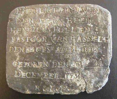 Anoniem, grafsteentje van Pastoor Henricus Christianus Hoelen (1736-1812), 1812, lood.