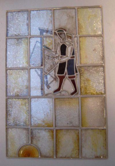 Anoniem, glasraam met afbeelding van een wever, s.d., glas in lood.