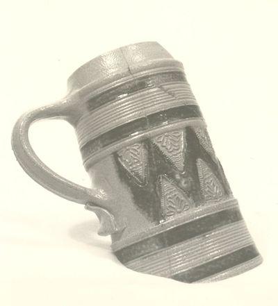 Archeologische vondst uit Herkenrode: fragment bierpot, 17de eeuw, blauwgrijs aardewerk, geglazuurd.