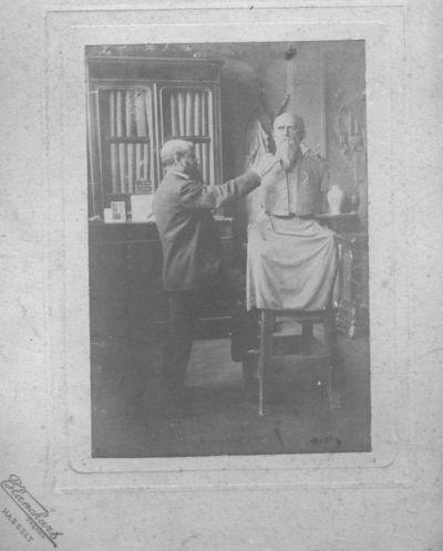 Blanckart Frères, prent met voorstelling van Cantillon tijdens de afwerking van zijn borstbeeld van Guillaume Stellingwerff (1841-1923), s.d., papier.
