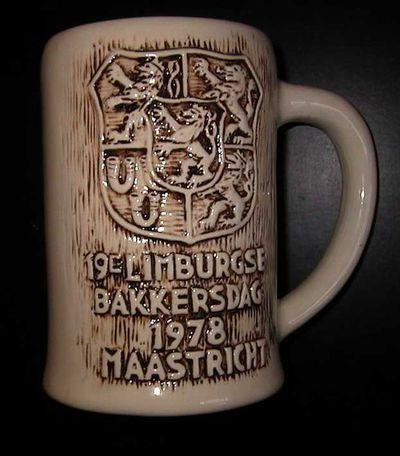 Anoniem, grote mok ter gelegenheid van de 19e Limburgse Bakkersdag in 1978 te Maastricht, 1978, beige geglazuurd keramiek.
