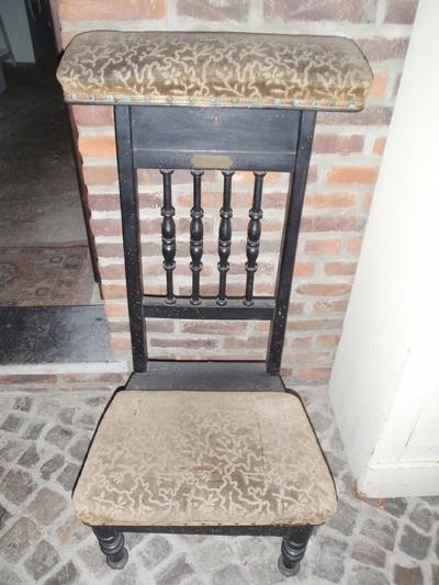 Anoniem, bidstoel van de familie Rutten, hout, textiel, messing, s.d.