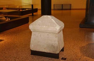 Volledige hoeksteen (grafsteen) van een grafmonument in kalksteen
