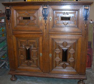 Anoniem, antieke buffetkast met vier deuren, s.d., eik.