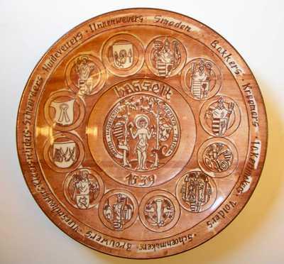 Limburgia, sierbord met voorstelling van de twaalf Hasseltse ambachten van 1539, s.d., geglazuurd aardewerk.