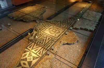 Fragmentaire geometrische vloermozaïek in kalksteen en terra sigillata (TS) en opus spictatum in terracotta
