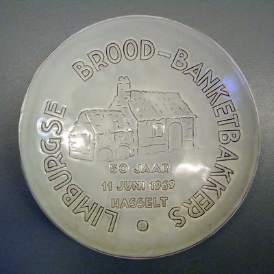 Anoniem, herinneringsbord 50 jaar Limburgse Brood-Banketbakkers, 1969, aardewerk en glazuur.