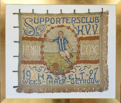 Anoniem, vlag 'Supportersclub Hasselt VV Henri Cox' met bijhorende vlaggenstok, 1927, zijde en katoen, ingelijst.