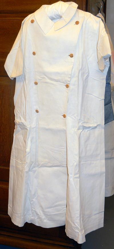 Frazerton, witte verpleegsterschort met toebehoren van Mariette Leonard, Tweede Wereldoorlog, katoen.