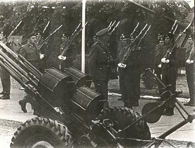 Anoniem, Foto militaire inspectie: Generaal-Majoor Dirix schouwt de troepen met Luitenant-Kolonel Schrijvers, s.d., papier.