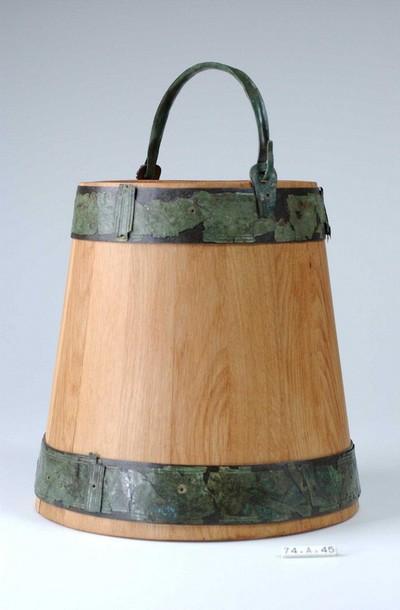 Reconstructie van een emmer met origineel emmerbeslag in brons en lood en/of tin