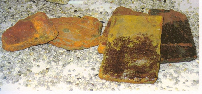 Scherven van dakpannen en tegeltjes, wellicht van bouwwerk gevonden aan Prinsenhofvijver in Kuringen, s.d., aardewerk, glazuur.