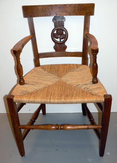 Anoniem, stoel met armleuningen met embleem van de Rederijkerkamer De Roode Roos, s.d., hout en riet.