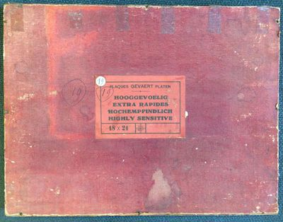 Gevaert Platen, kartonnen doosje 'Hooggevoelig 18 x 24' met 4 glasclichés, vermoedelijk afkomstig uit nalatenschap van familie Stellingwerff, s.d., karton, papier, glas.