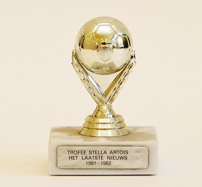 Toulet - Van Bael, voetbaltrofee Stella Artois, 1982, metaal.