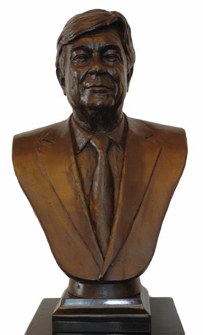 Gerard Moonen (°1953), borstbeeld van oud-burgemeester van Hasselt Louis Roppe jr., 2009, brons.