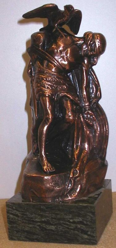 Anoniem, beeld van een verslagen en vastgebonden ridder met op schouder een adelaar, relatiegeschenk, s.d., marmer, koperkleurig metaal.