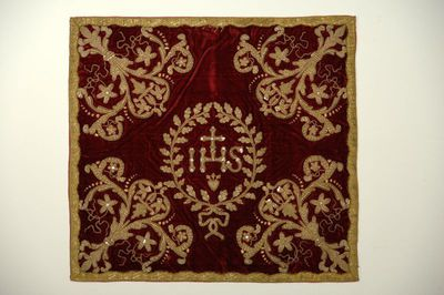 Anoniem, kelkvelum afkomstig uit de Virga Jessebasiliek, 1699, fluweel, satijn, gouddraad, paillette, borduurwerk.