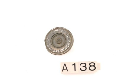 Onvolledige schijffibula in verzilverd brons met inscriptie