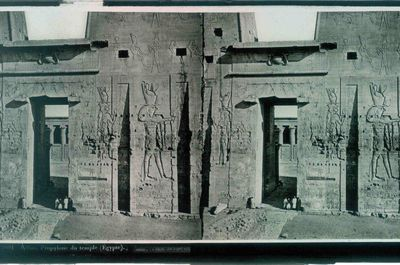 Ferrier p.f. & Soulier, J. Lévy Sr., stereokaart met zicht op de toegangspoort van de Tempel van Horus in Edfu, Egypte, s.d., glas.