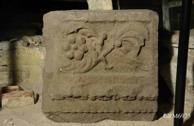 Fries- en architraaffragment van een grafmonument in zandsteen