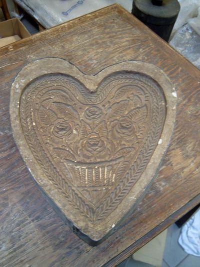 G. Thywissen, speculaasplank in de vorm van een hart, afkomstig uit Bakkerij Werner Grauls, Demerstraat te Hasselt, 1911, gips, metaal.