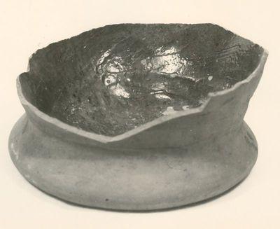 Archeologische vondst uit Herkenrode: bodem van voorraadpot, s.d., roodbakkende klei, geglazuurd.