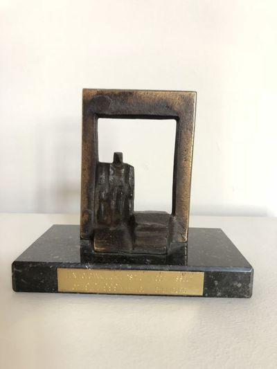Willy Ceysens (1929-2007), beeldje 'Een toegankelijkheidspluim voor Hasselt', 1999, brons en marmer.