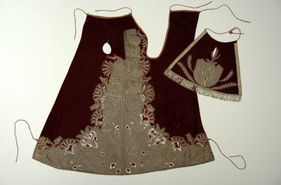 Anoniem, kleding voor het Virga-Jessebeeld, tweede helft 18de eeuw, rood fluweel.