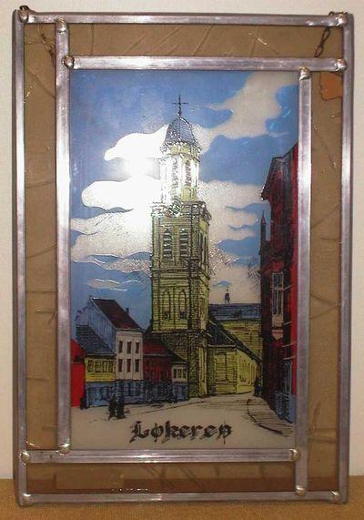 Anoniem, glasraam met afbeelding van een kerk en opschrift Lokeren, s.d., glas in lood, relatiegeschenk.