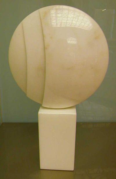 Hilde van Sumere (°1932), sculptuur Zonder titel, nr. 2-91, s.d., witte marmer.