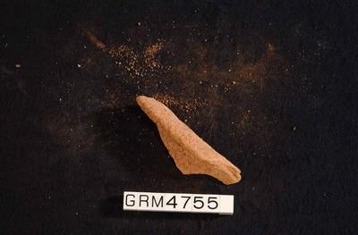 Randfragment van een kom in ruwwandig oxiderend aardewerk (RWO)