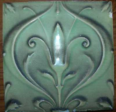 Manufacture de Céramiques Décoratives de Hasselt (1895-1954), Hasseltse tegel met gestileerd plantenmotief, s.d., groen geglazuurd keramiek.