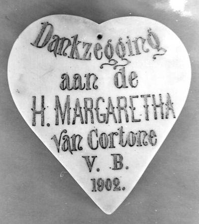 Anoniem, hartvormige ex-voto met tekst Dankzegging aan de H. Margaretha van Cortone V.B., 1902, wit marmer.