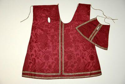Anoniem, kleding voor het Virga-Jessebeeld, eerste helft 18de eeuw, geweven roderoze zijde.