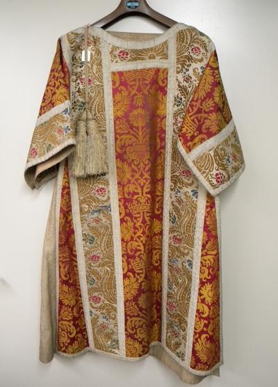 Anoniem, dalmatiek 'Marguerite de Berches', gift van de abdis aan Herkenrode, 1626, katoen en zijde.